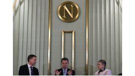 El presidente colombiano Juan Manuel Santos con los miembros del comité que otorga el Premio Nobel, Olav Njoelstad y Berit Reiss-Andersen