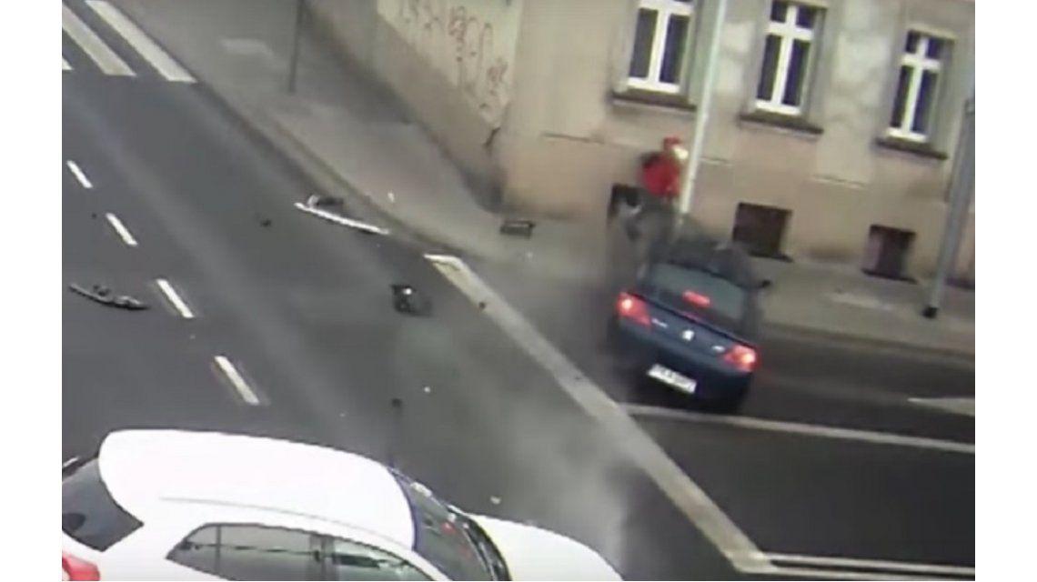 Una peatona se salvó gracias a un poste