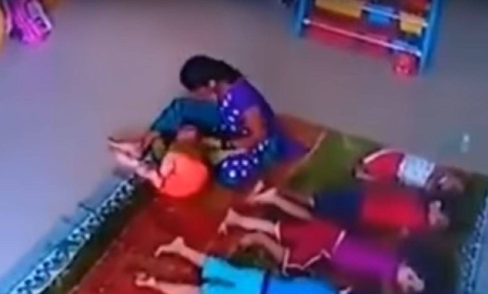 Cuidadora golpea a beba en la guardería