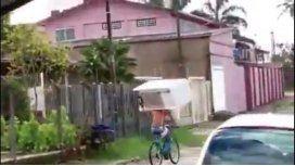 Se cargó una heladera en la cabeza y la llevó en bicicleta
