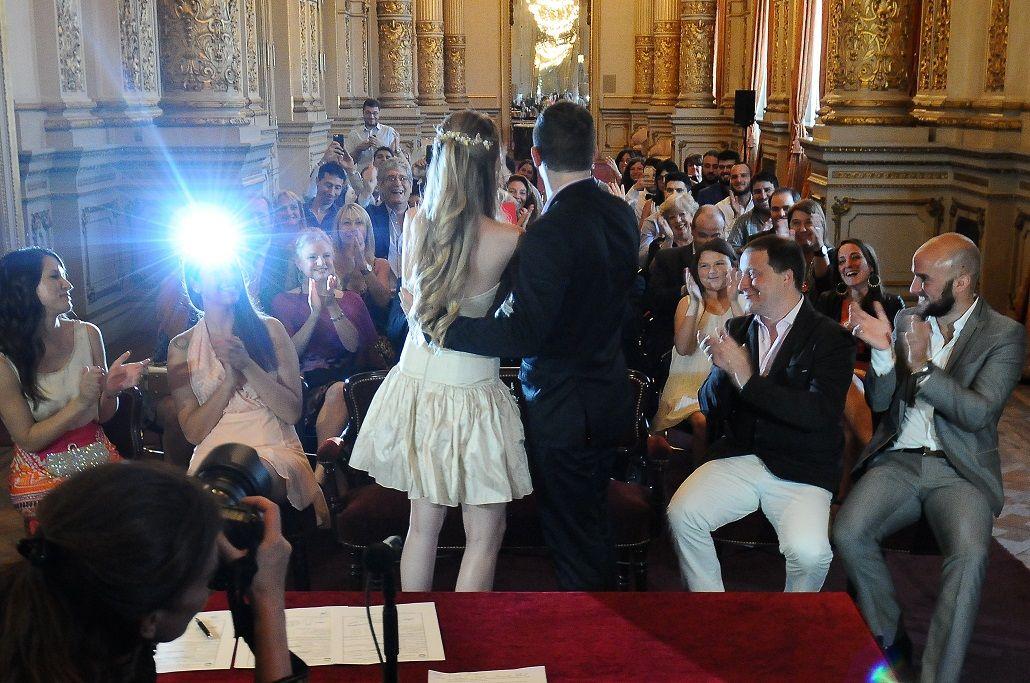 Una de las parejas que se casaron en el Teatro Colón