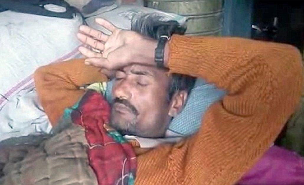 Ghasi Ram en su casa tras la drástica decisión de castrarse con un cuchillo