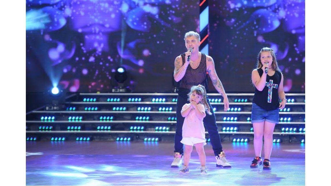 El Polaco cantò en ShowMatch con sus hijas.