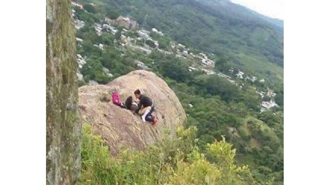 Una pareja tuvo sexo sobre una roca en El Salvador.