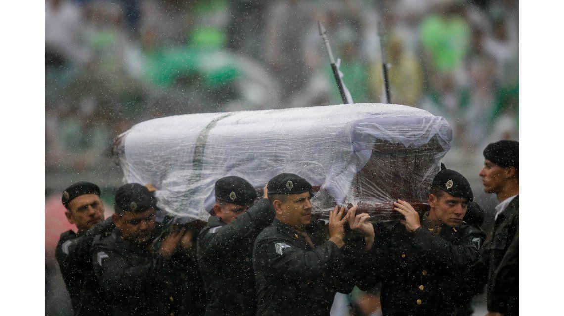 Emotiva despedida a los jugadores de Chapecoense bajo la lluvia