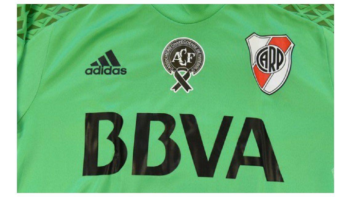 La camiseta tiene el verde predominante y el escudo del Chapecoense en el centro
