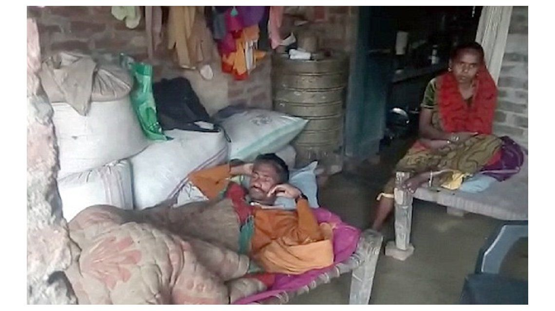 Ghasi Ram con su mujer tras la drástica decisión de castrarse con un cuchillo