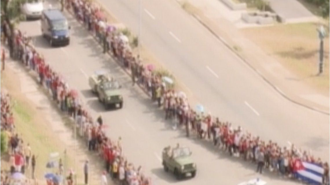 Miles de cubanos despiden a Castro