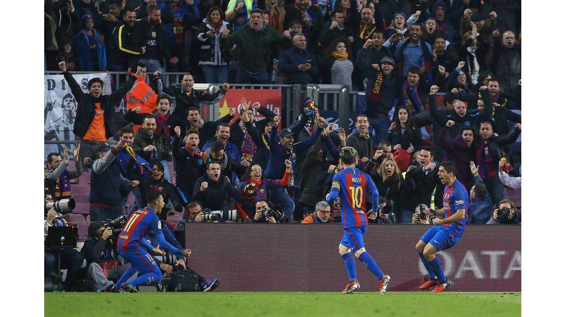 El festejo del Barcelona tras el gol de Suárez