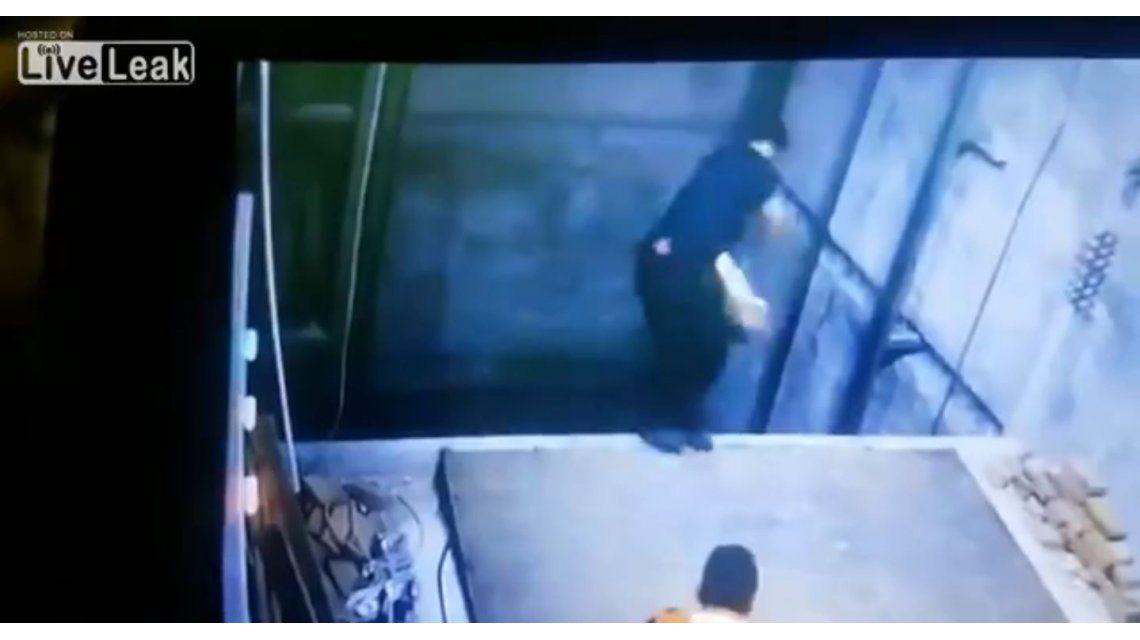 Un técnico se cae en el agujero del ascensor