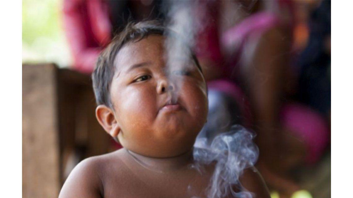 Así está hoy el niño que se hizo viral por ser el bebé que fuma