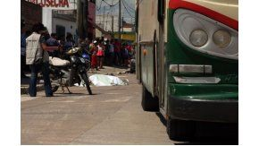 Un joven de 15 años murió aplastado por un colectivo