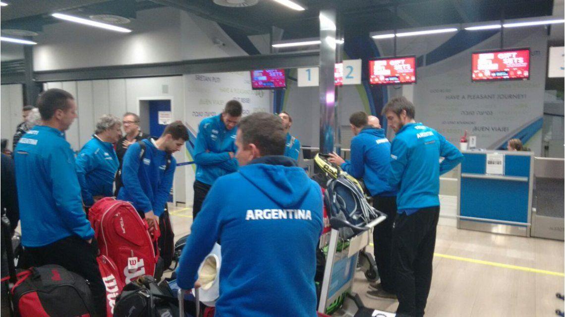El equipo argentino de Copa Davis embarcando en Zagreb