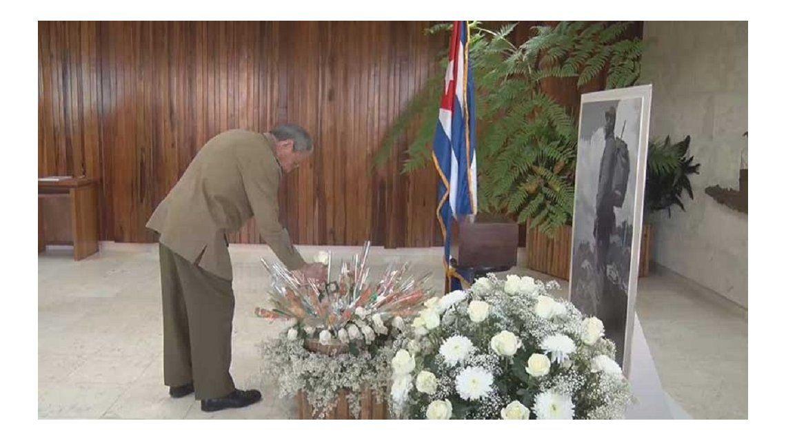 Raúl Castro coloca una ofrenda floral junto a los restos de su hermano