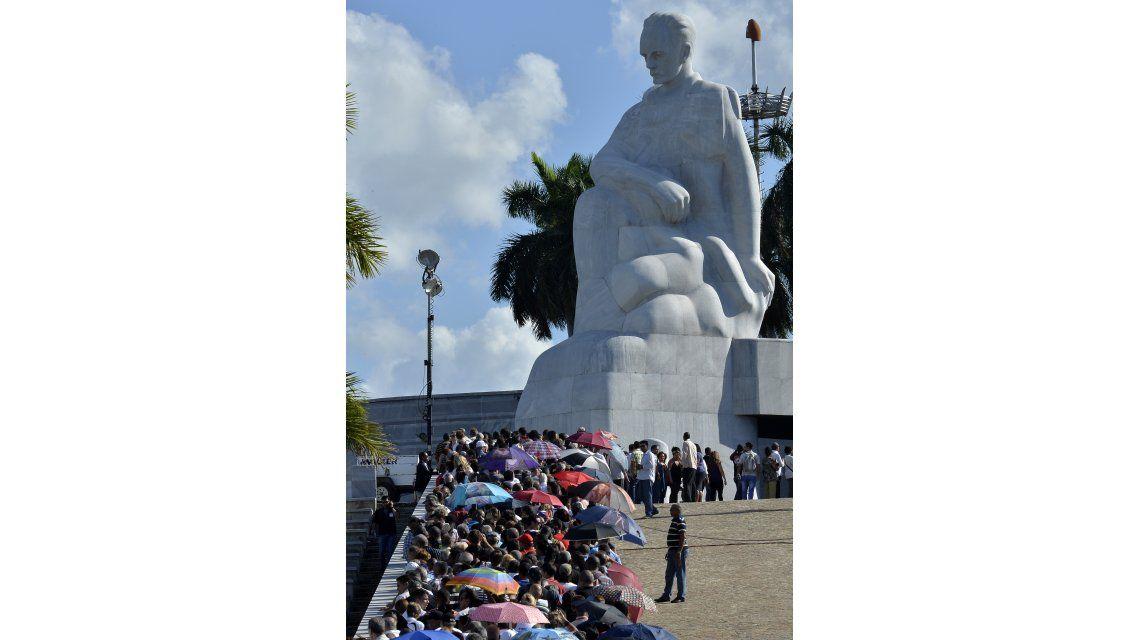 Miles de cubanos despiden a Fidel Castro