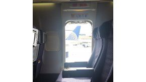 Una mujer abrió la puerta de emergencia y se tiró del avión.