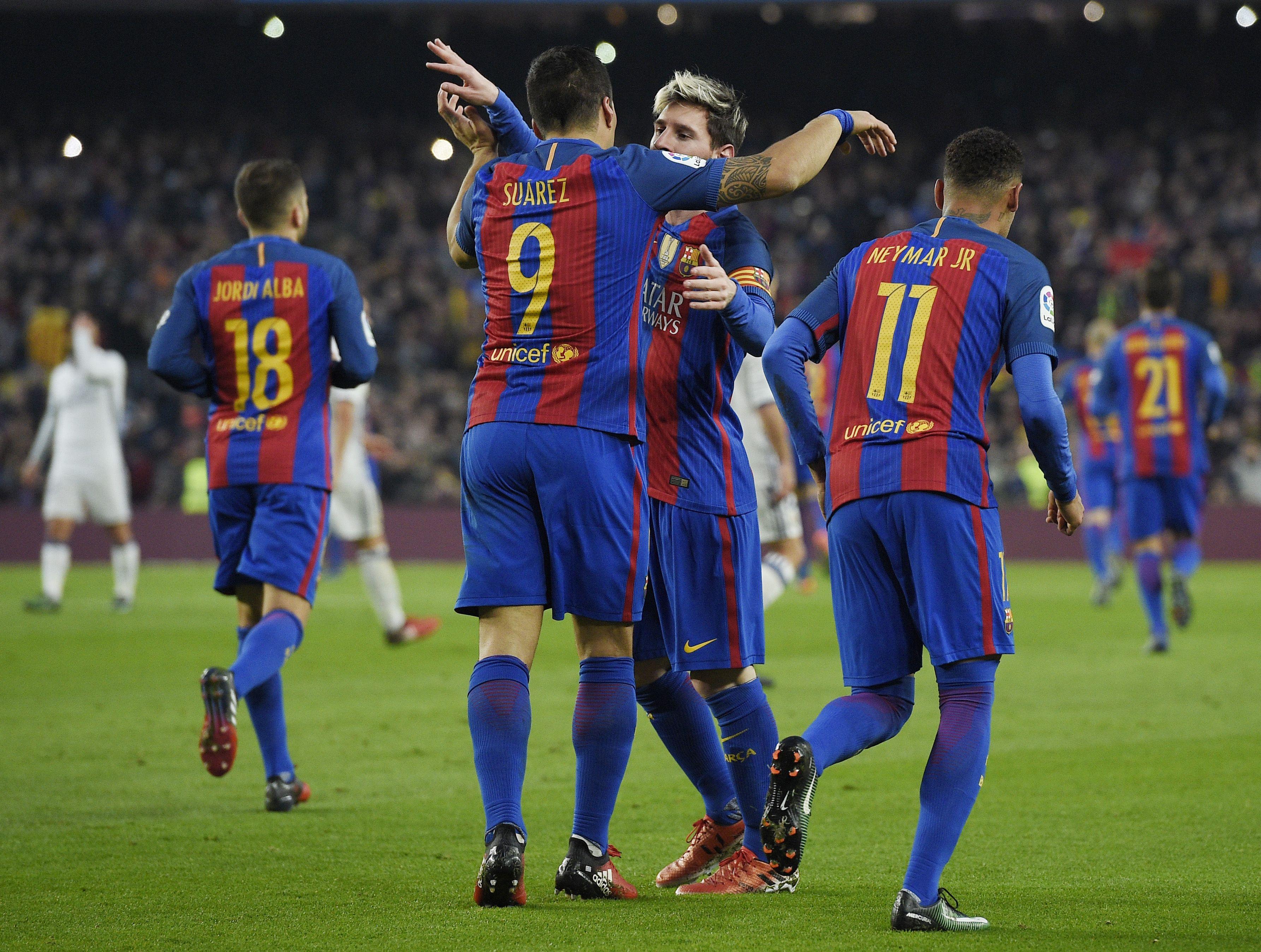 El abrazo entre Suárez y Messi