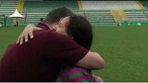 El emotivo abrazo entre un periodista y la mamá de Danilo.