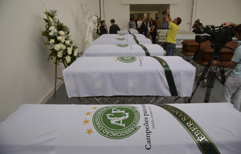 Los ataúdes de los futbolistas del plantel de Chapecoense con la leyenda campeones para siempre