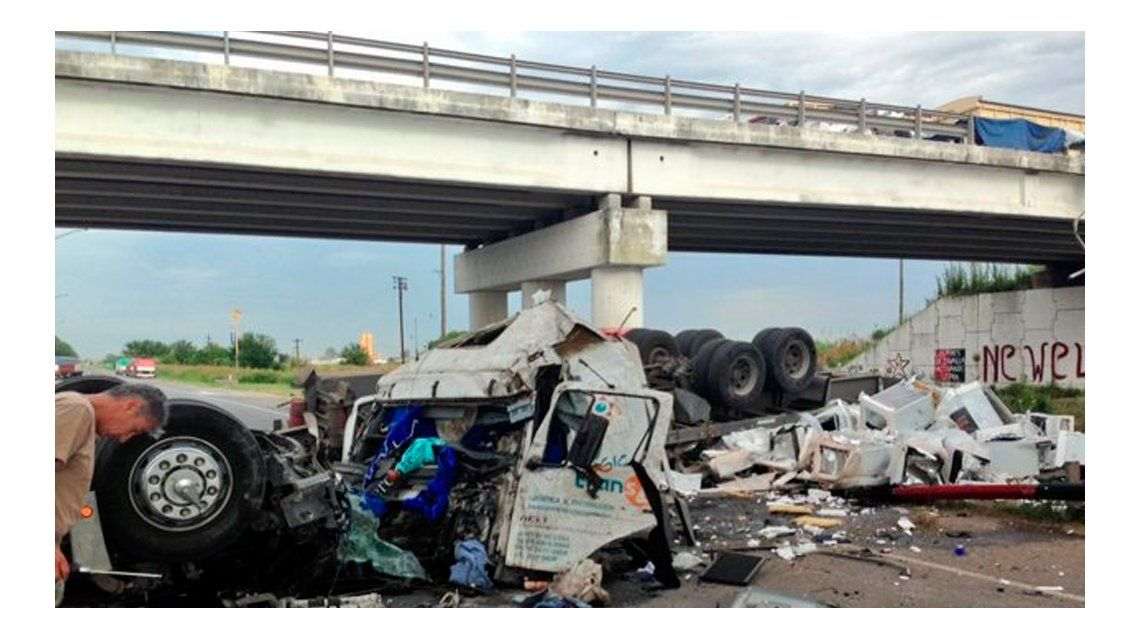 Rosario: un camión cayó de un puente y el conductor se salvó de milagro