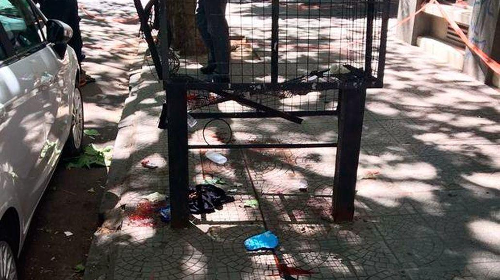 Acá cayó el joven. su cuerpo quedó dentro del tacho de basura.