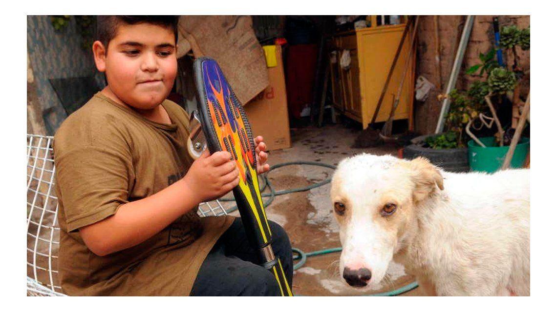 Un nene puso en venta su patineta para salvar a un perrito callejero ... 54c7ea8da00