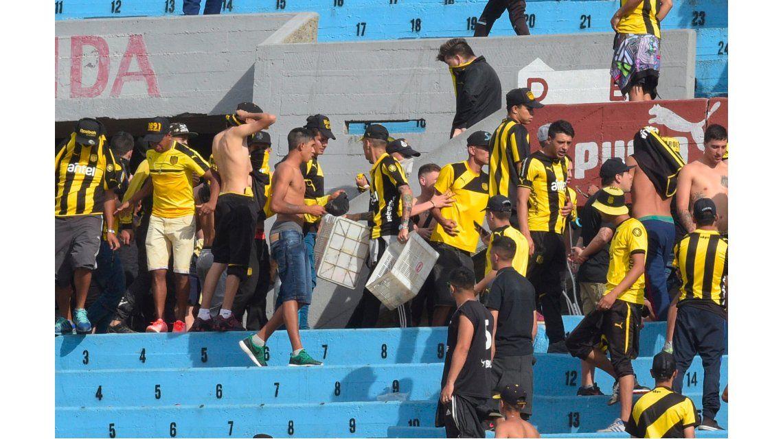 Suspendieron el clásico uruguayo: hinchas de Peñarol tiraron garrafas