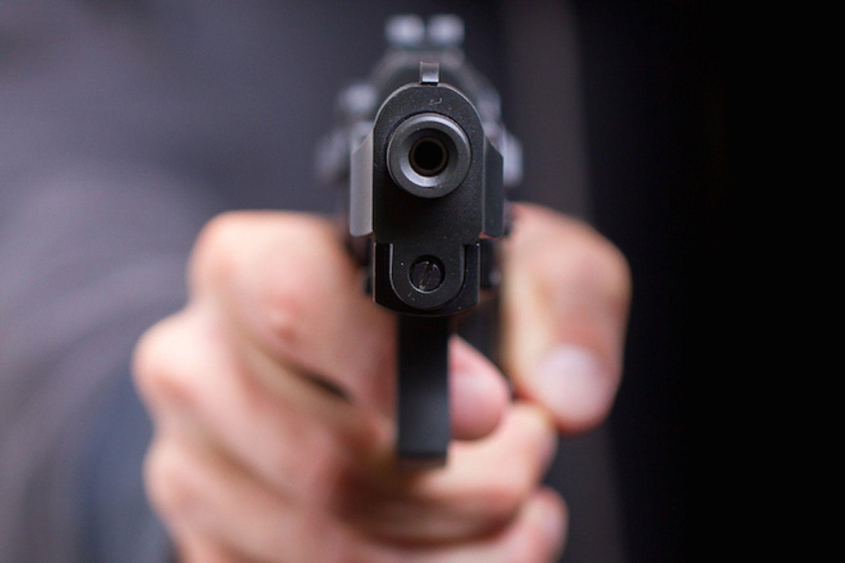 Lo confundió con un ladrón y le disparó