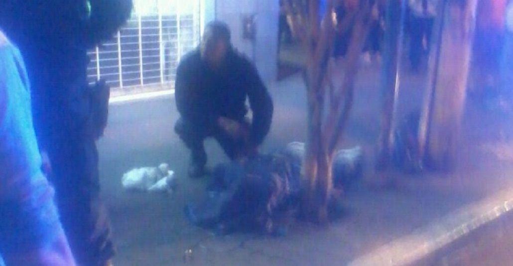 Delincuente abatido por arma propia yace junto a personal policial