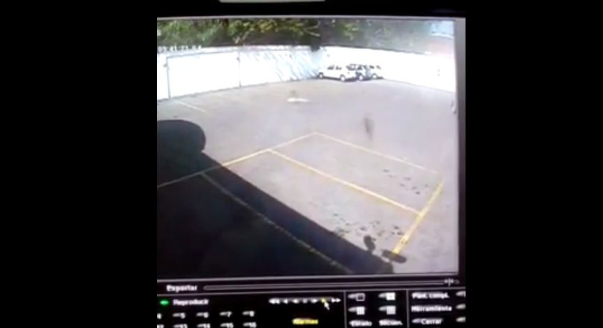 Captura del monitor de la cámara de seguridad que captó a un supuesto fantasma