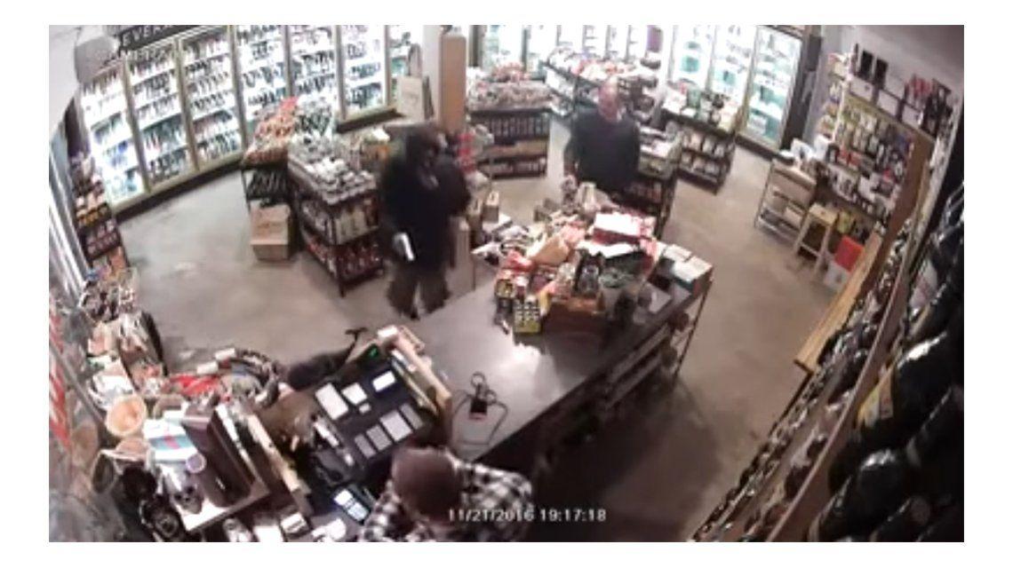 Un ladrón tuvo que huir tras forcejear con el dueño de una tienda.