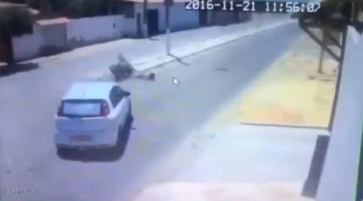 Choca contra un auto