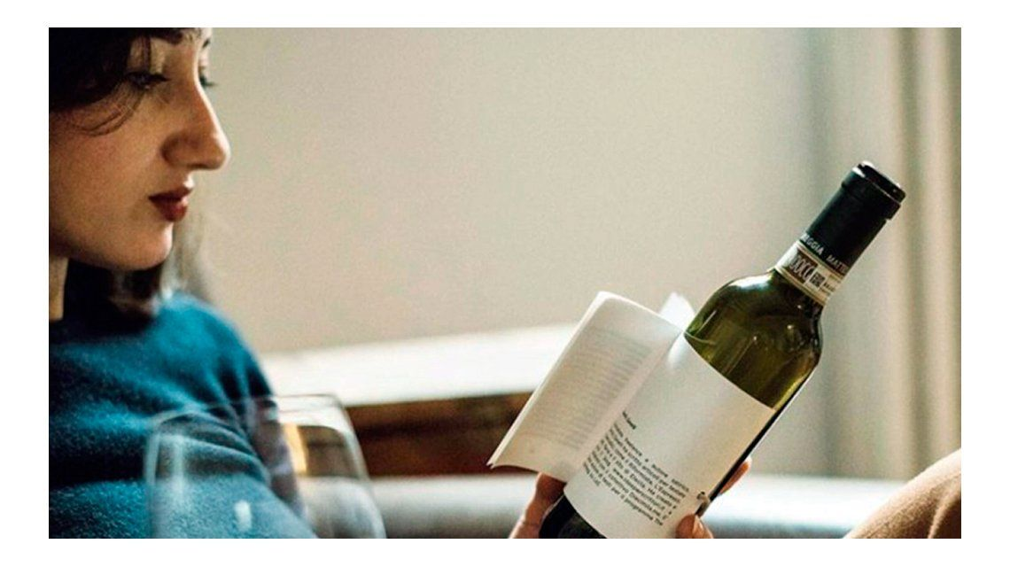 Presentaron el libro botella, un invento para leer y tomar vino al mismo tiempo