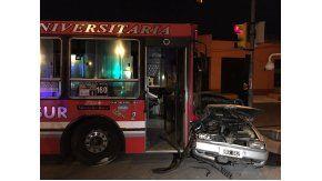 Un colectivo de la línea 160 chocó con un auto en Valentín Alsina, hay un muerto