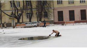 Un hombre salva a un perro que se estaba ahogando en un lago congelado