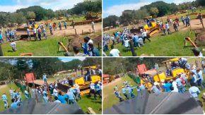 Con un tractor, una universidad reprimió una protesta de sus alumnos.
