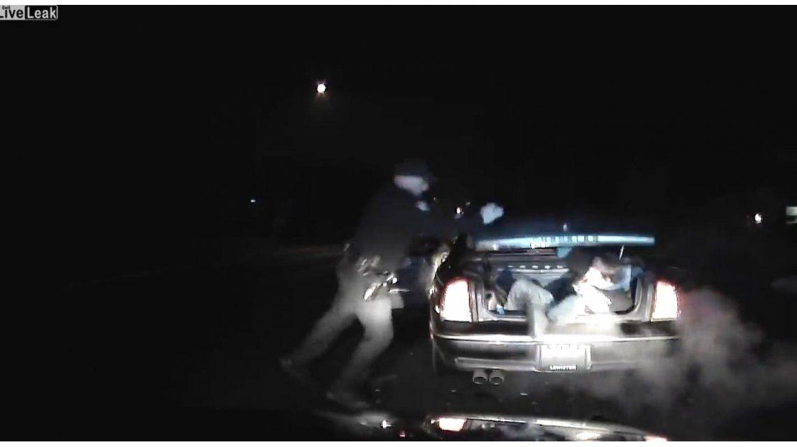 Detuvo un auto para interrogar al conductor y se encontró con un fugitivo en el baúl