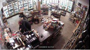Ladrón armado en Venice (Los Ángeles) reducido por el dueño del comercio