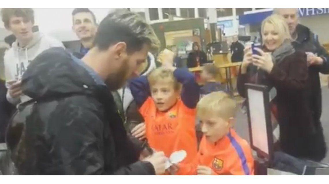 El chico no puede creer estar al lado del astro argentino