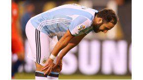 El Pipita recibió silbidos en el estadio del Bicentenario en su última presentación en Argentina