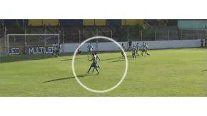 El jugador de Dock Sud le pegó desde atrás a su colega de Laferrere, por la Primera C.