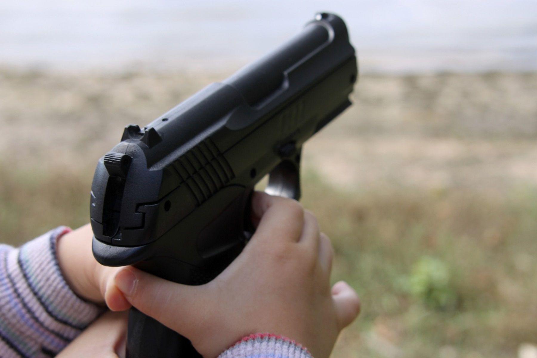 Nene se disparó en la cabeza. Imagen de archivo