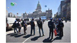 El Gobierno busca contener las protestas sociales y negocia un bono de $2000