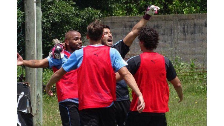 El delantero uruguayo se divirtió en la práctica y se puso el buzo de arquero