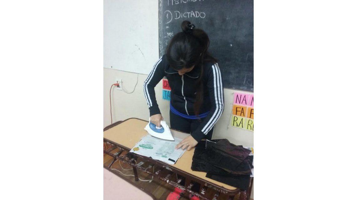 Alumnos y docentes fabricaron bolsas de dormir para indigentes con sachets - Crédito: www.mdzol.com