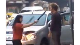 Una mujer amenaza con un machete al marido marido