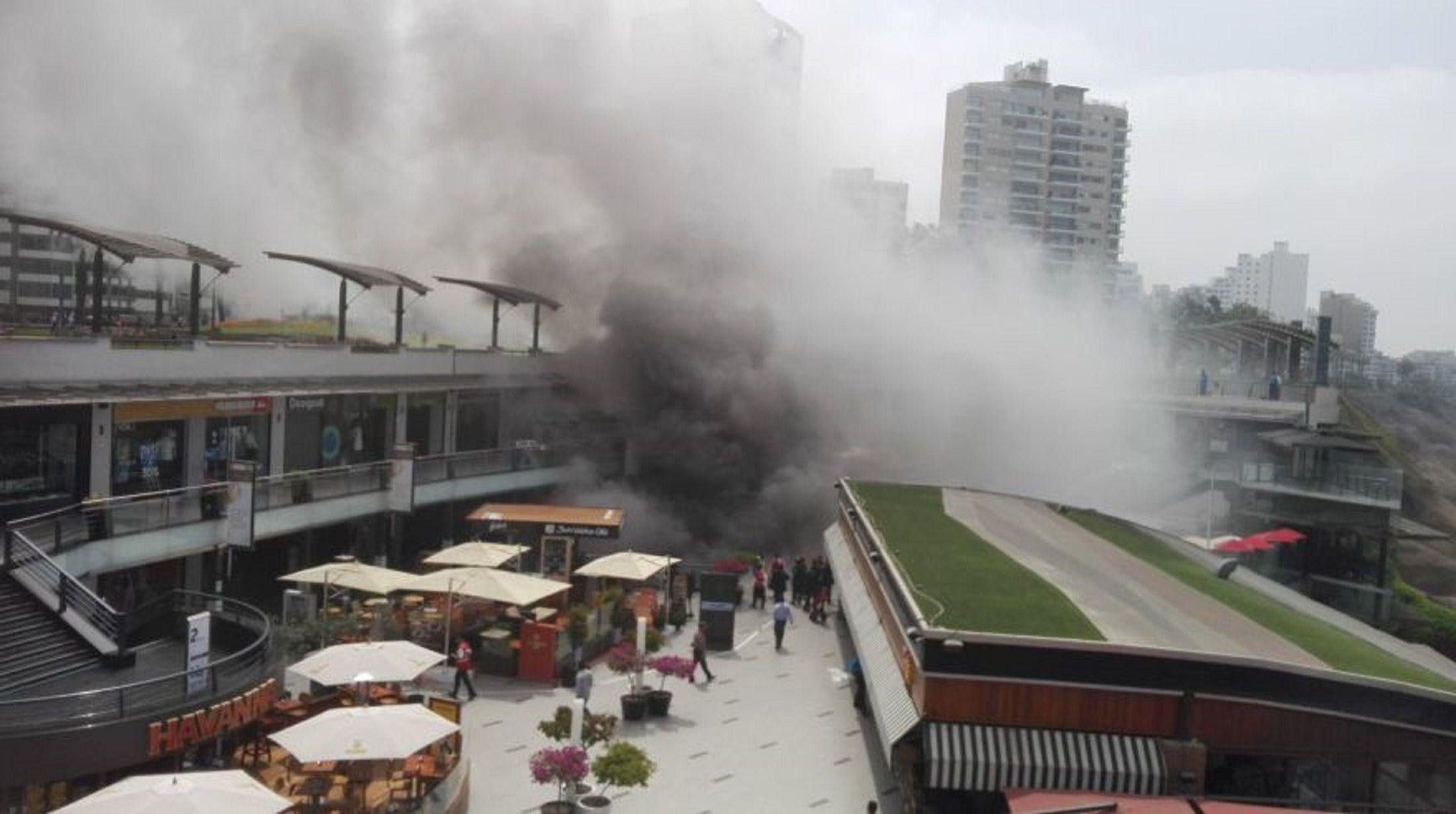 Incendio en shopping de Lima