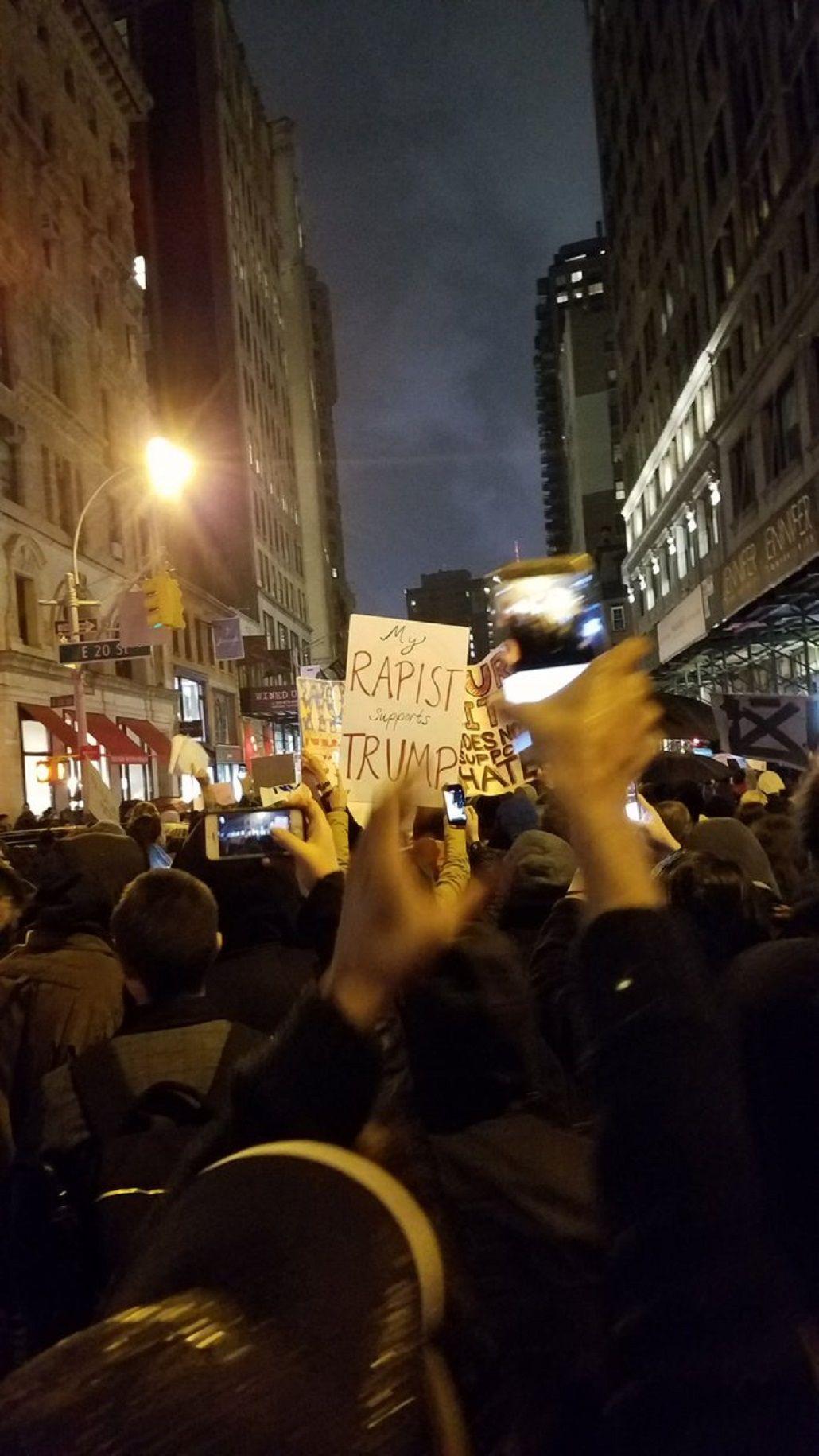 Con el lema No es mi presidente, miles de personas protestaron contra Trump en todo Estados Unidos