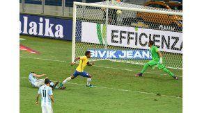 Paulinho metió el tercero de Brasil ante Argentina en Belo Horizonte por Eliminatorias
