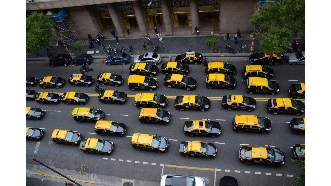 Taxis en el centro porteño